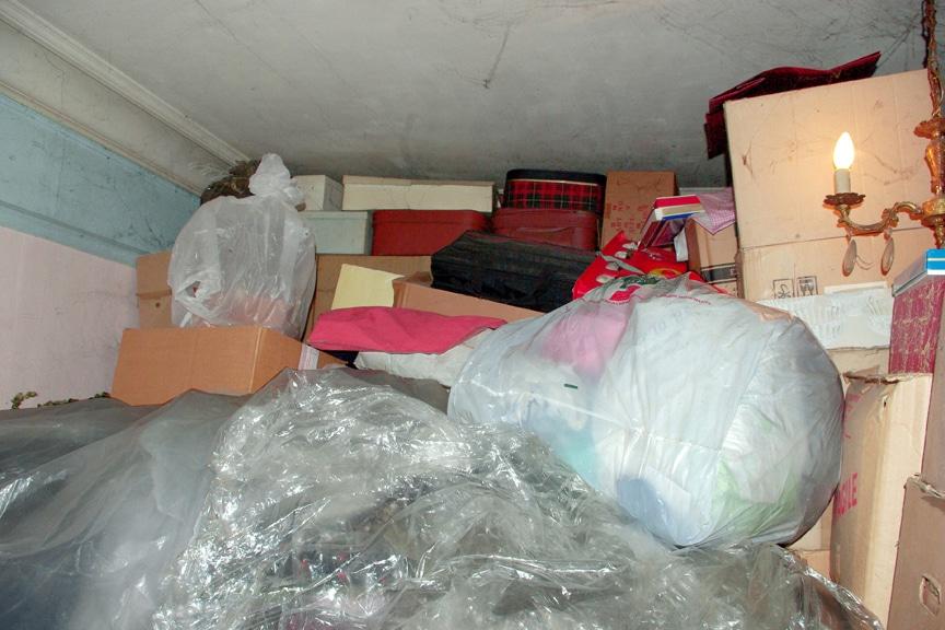 L'intérieur de l'appartement de jeannette atteinte du syndrome de diogène. On y voit une pièce remplit jusqu'au plafond de sacs et de carton